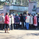 Шивачки блокират път, бранят уволнен от Ненчев директор
